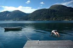 Équipez la plongée dans un lac photographie stock