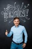 Équipez la position au-dessus du tableau noir avec un concept de plan Pouces vers le haut Images libres de droits