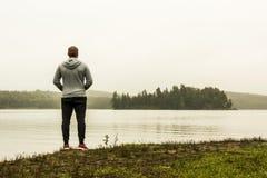 Équipez la position au lac du Canada de observation d'Ontario de deux de rivières d'algonquin canards de parc national sur une at Photographie stock