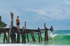 Équipez la position au pilier et observer l'océan image libre de droits
