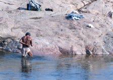 Équipez la position dans l'eau froide de la rivière de Betwa Photos stock