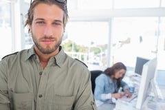 Équipez la position dans le bureau créatif avec des bras pliés photos libres de droits