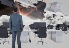 équipez la position dans le bureau inversé en nuages avec la fusée Images stock