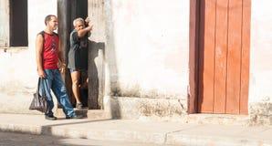 Équipez la position en porte de maison espagnole de style de manière de points du Cuba Images libres de droits