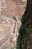 Équipez la position sur la falaise raide près de la vallée profonde Photo libre de droits