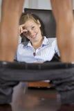 Équipez la position sur la table avec le pantalon vers le bas, en flirtant avec la femme d'affaires dans le bureau Photographie stock