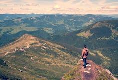 Équipez la position sur le dessus de la montagne photographie stock