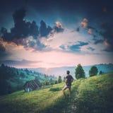 Équipez la position sur une route et appréciez le lever de soleil r photographie stock libre de droits