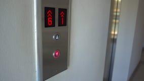 Équipez la poussée le bouton pour appeler un ascenseur banque de vidéos