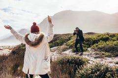 Équipez la prise des photos de son amie des vacances Photographie stock