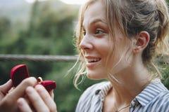 Équipez la proposition à son amie heureuse dehors aiment et à concept de mariage Photographie stock libre de droits