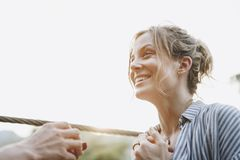 Équipez la proposition à son amie heureuse dehors aiment et à concept de mariage Images stock