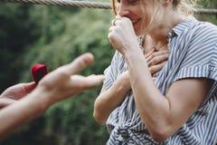 Équipez la proposition à son amie heureuse dehors aiment et à concept de mariage Photo libre de droits
