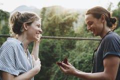 Équipez la proposition à son amie heureuse dehors aiment et à concept de mariage Photographie stock