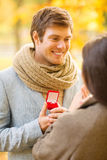 Équipez la proposition à une femme en parc d'automne Photos stock