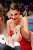 Équipez la proposition avec une bague de fiançailles à son amour Images stock