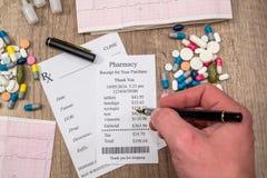 équipez la représentation à la réception de pharmacie avec le blanc de rx, pilules, seringue Photo stock