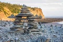 Équipez la statue faite de roche sur la baie de fundy image libre de droits