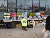 Équipez la table d'établissement avec les brochures chrétiennes pour distribuer dans images stock