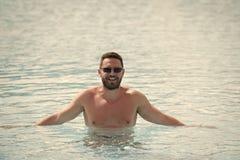 Équipez la taille debout profondément en eau de mer bleue photo stock