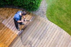 équipez la terrasse de nettoyage avec un joint de puissance - la pression de hautes eaux c photo libre de droits