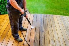 équipez la terrasse de nettoyage avec un joint de puissance - la pression de hautes eaux c photographie stock libre de droits