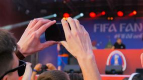 Équipez la vidéo d'enregistrement du concert de musique en direct avec le smartphone image stock