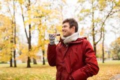 Équipez la voix d'enregistrement sur le smartphone au parc d'automne photo libre de droits