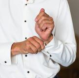Équipez le bouton de manchette de boutons sur la chemise blanche de luxe de douilles françaises de manchettes Images libres de droits
