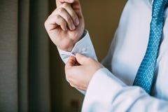 Équipez le boutonnage sur la douille de sa chemise Fermez la fermeture éclair le bouton de manchette Photo libre de droits