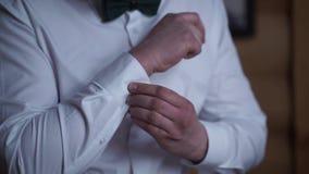 Équipez le boutonnage sur les douilles de la chemise Fermez-vous d'un homme de main comment porte la chemise et le bouton de manc clips vidéos