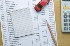 Équipez le budget mensuel de planification, finances au sujet de concept de voiture Photos stock