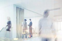 Équipez le bureau entrant avec un bon nombre de gens, modifiés la tonalité Photos libres de droits