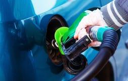 Équipez le carburant de pompage d'essence dans la voiture à la station service Photos libres de droits