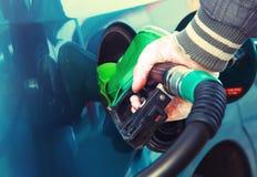 Équipez le carburant de pompage d'essence dans la voiture à la station service Photo libre de droits