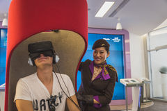 Équipez le casque 3D de essai à l'expo 2015 à Milan, Italie Photos libres de droits