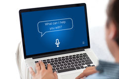 Équipez le clavier de dactylographie d'ordinateur portable avec l'assistant personnel d'APP sur l'écran image libre de droits