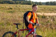 Équipez le cycliste de voyageur avec une bicyclette en nature Image stock