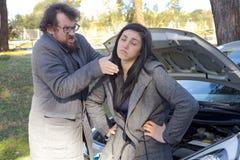 Équipez le disposé pour étrangler l'amie pour la voiture cassée drôle Photographie stock libre de droits