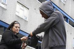 Équipez le femme de agression dans la rue Photo libre de droits