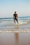 Équipez le fonctionnement à la mer pour la formation de natation photographie stock libre de droits