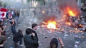 Équipez le fonctionnement au-dessus des débris brûlants à l'émeute - HD 1080p clips vidéos