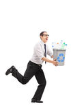 Équipez le fonctionnement avec une poubelle de réutilisation dans des ses mains Photo libre de droits