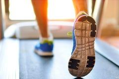 Équipez le fonctionnement dans un gymnase sur un concept de tapis roulant pour l'exercice, la forme physique et le mode de vie sa Images stock