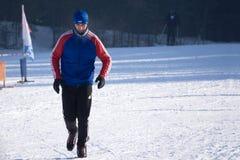 Équipez le fonctionnement sur la neige pendant l'hiver froid - Russie Berezniki le 11 mars 2018 Photographie stock libre de droits