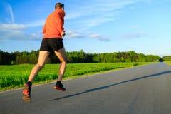 Équipez le fonctionnement sur la route de campagne, l'inspiration s'exerçante et la motivation Photo stock