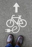Équipez le friendl électrique d'eco de bicyclette de vélo d'Ebike de vélo du l'E-vélo E de personnes Photographie stock