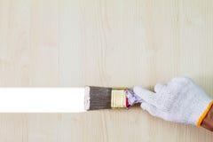 Équipez le gant blanc de port de main du ` s tenant le vieux pinceau grunge et Photo libre de droits