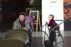 Équipez le grand-papa de papa au magasin avec le bébé dans le chariot Images libres de droits
