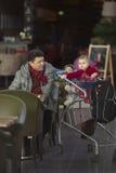 Équipez le grand-papa de papa au magasin avec le bébé dans le chariot Image stock